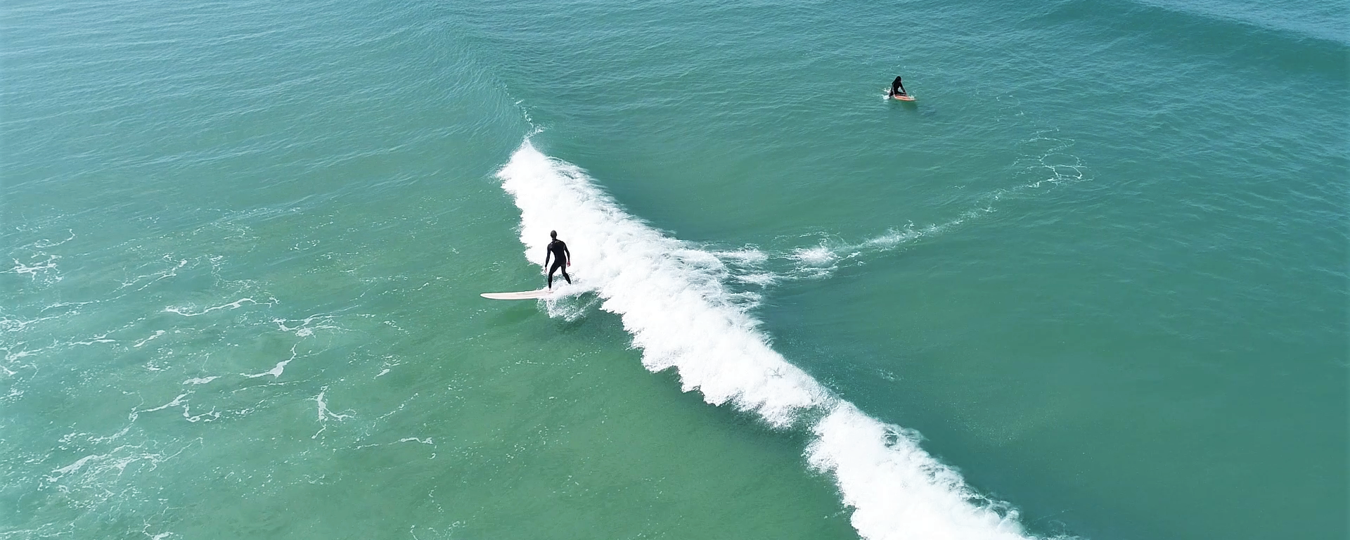 Surfer en Baie d'Audierne ©Gwenn Ha Drone