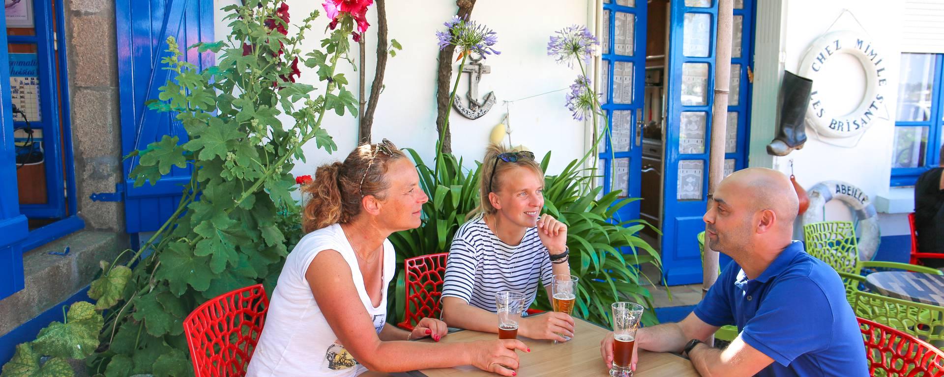 Partager un verre entre amis, à Léchiagat. © E. Cléret