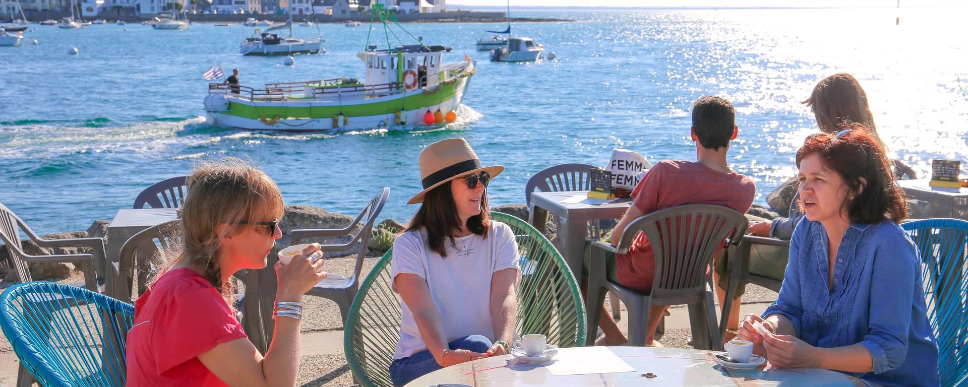 Boire un café en terrasse face à la mer à Loctudy. © E. Cléret