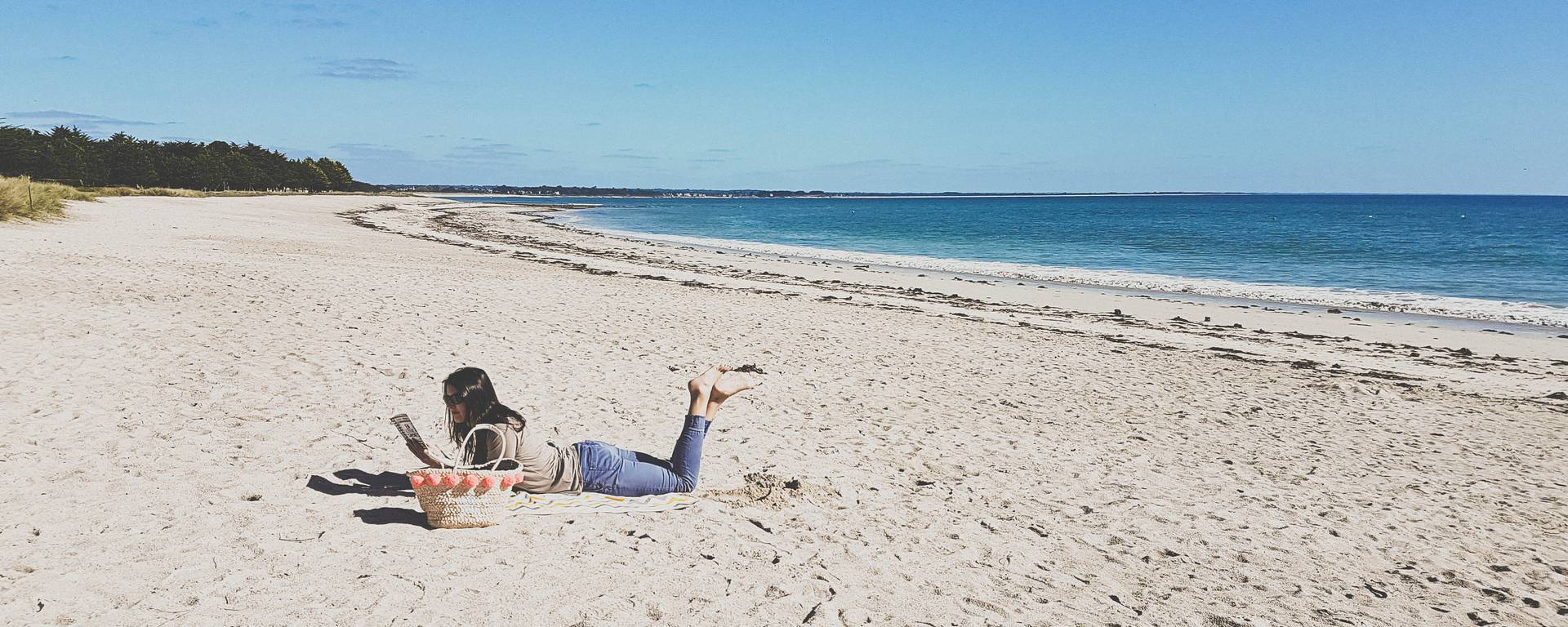 Bouquiner à la plage après un petit tour à la médiathèque. © E. Cléret