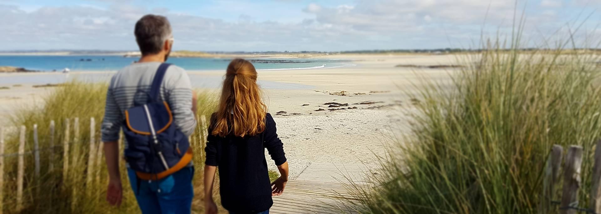 Spaziergang mit der Familie an der Küste bei Penmarc'h im Pays Bigouden © E Cléret