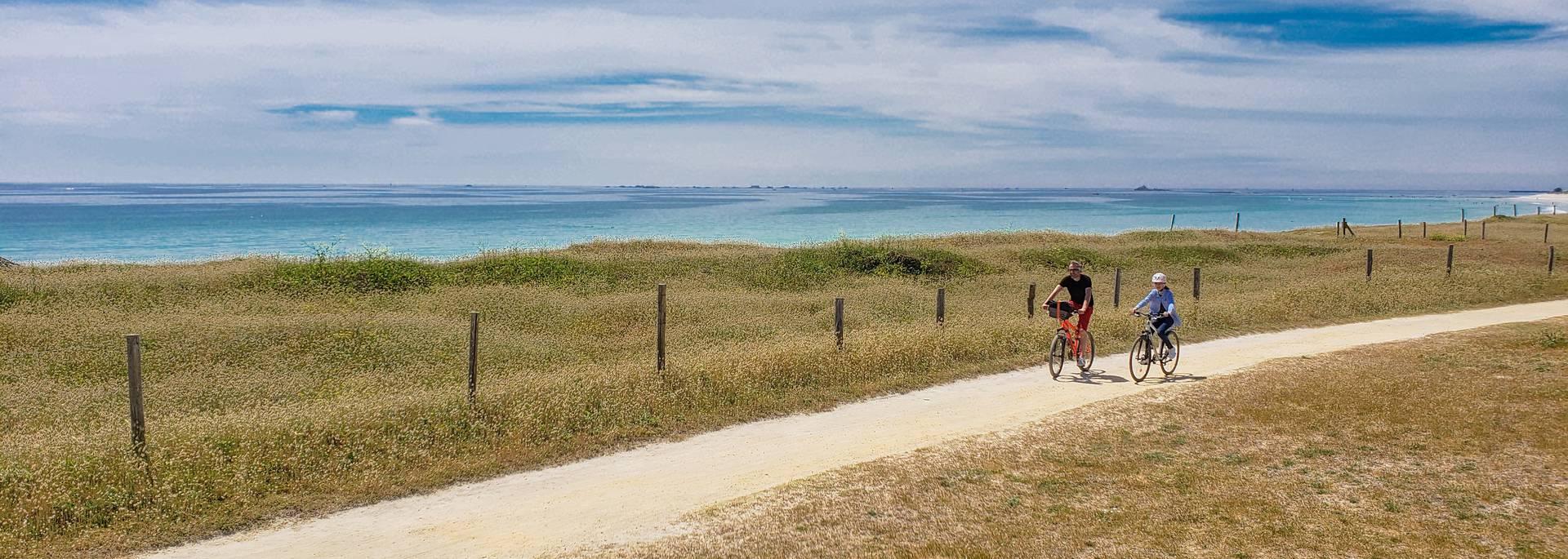 Vélo le long de la plage en Pays Bigouden © E Cléret