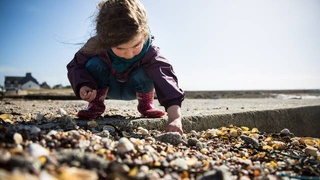 Looking for the prettiest shells, Penmarc'h ©Y.Derennes