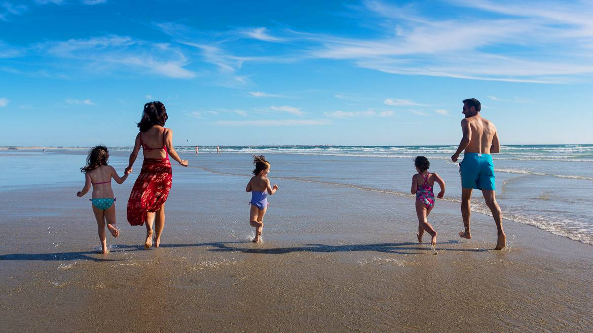 Family fun on the beach in Pays Bigouden © Y Derennes