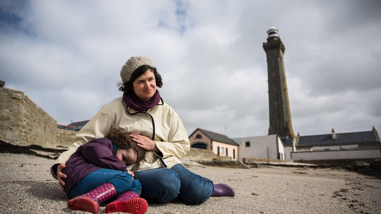 Câlin avec maman, au pied du phare, Penmarc'h ©Y.Derennes