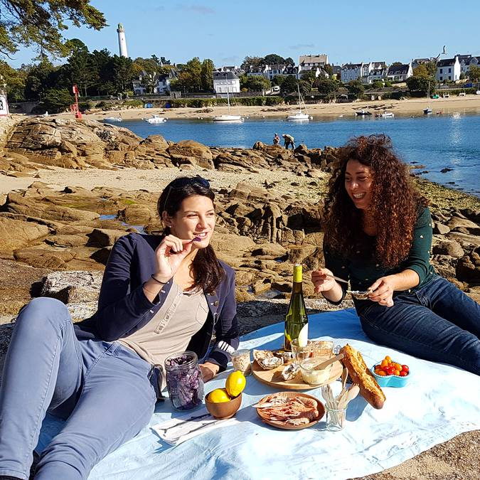 A chic picnic at Sainte-Marine looking across to Bénodet © E.Cléret