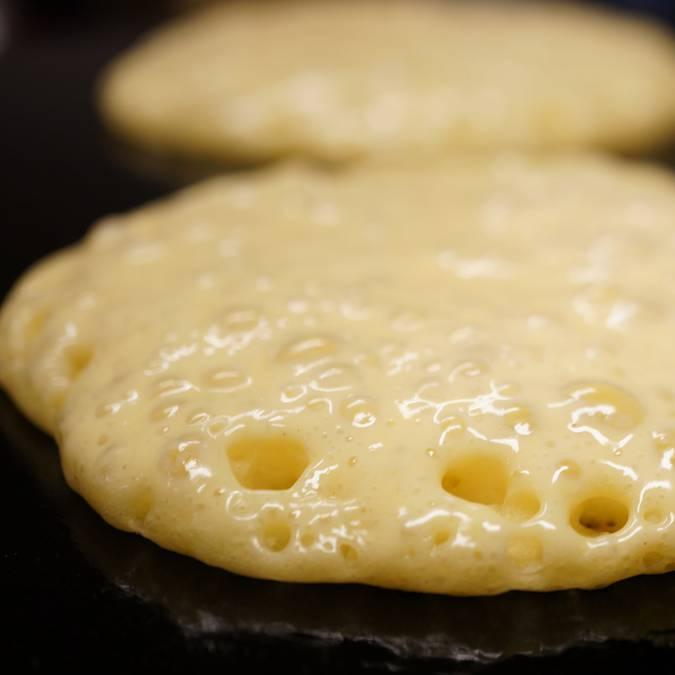 La pâte à kouign lève sur la bilig © E Cléret
